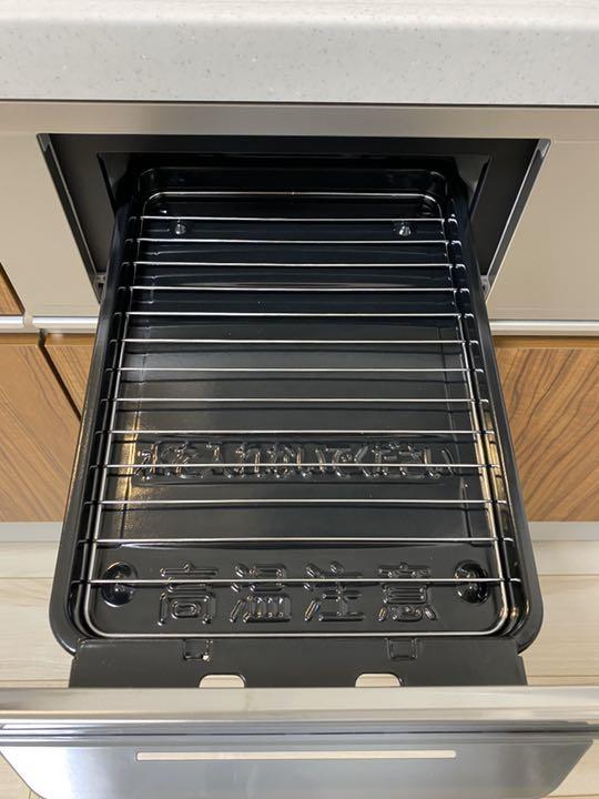 Bếp từ Hitachi HT-K6K với hai bếp từ một bếp hồng ngoại và lò nướng