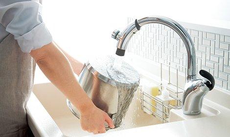Vòi rửa bát nhà bếp TOTO TKN34PBTRR chức năng kéo dài và mở nước tại đầu vòi